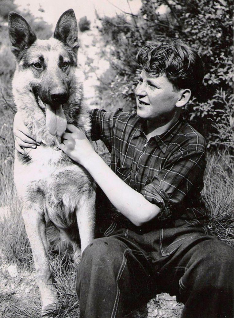 Herdershond Nero en weesjongen Henk in Trouwe kameraden (1956).  Beeld