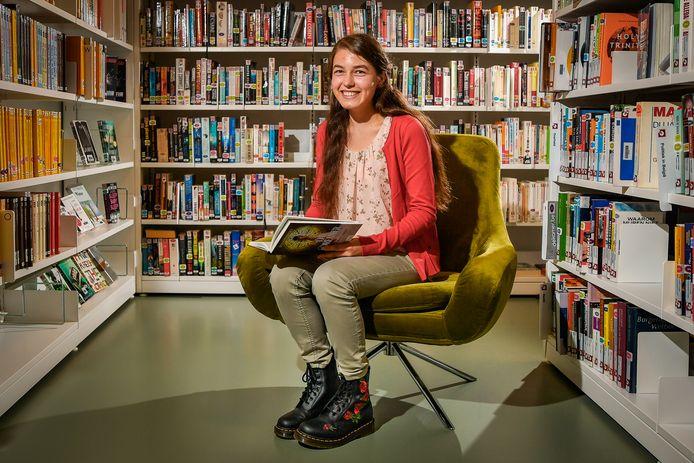 """Luna Van Roosen (19) heeft het syndroom van Asperger en ze is erg verlegen. """"Maar praten en oogcontact maken gaat steeds vlotter. Door mijn boek moét ik wel."""""""