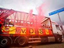 Voetballertjes op platte kar door Meerhoven