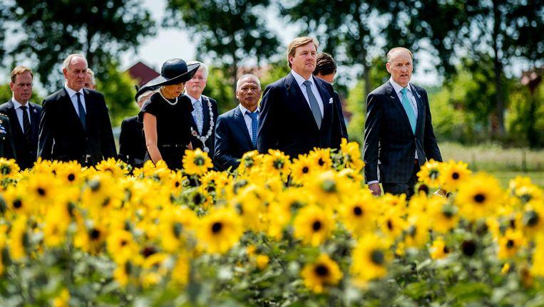 Koning Willem-Alexander, koningin Maxima en Evert van Zijtveld, voorzitter van de Stichting Vliegramp MH17, tijdens de onthulling van het monument. Beeld anp