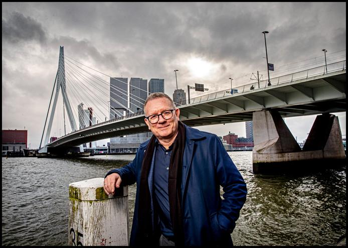 Jon Ola Sand bij de Erasmusbrug in Rotterdam.