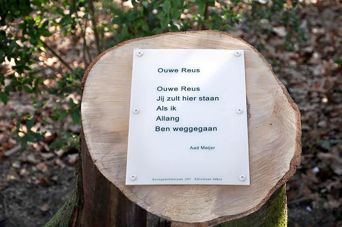 De boomgedichtenroute in Emiel van Loonpark waaronder het gedicht van Aad Meijer 'Ouwe Reus' helaas in het echt gesneuveld, maar nu terug te luisteren via Roosendaalse Gedichten route (Nummer 38).