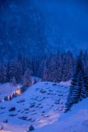 Tal van wintersportdorpen hebben terreinen waar de auto wel kosteloos mag staan