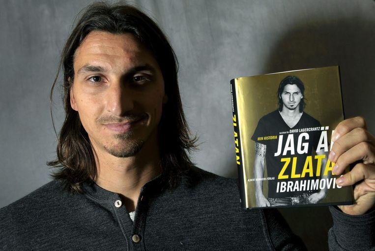 De Zweedse topvoetballer Zlatan Ibrahimovic met zijn boek Ik, Zlatan. Beeld anp