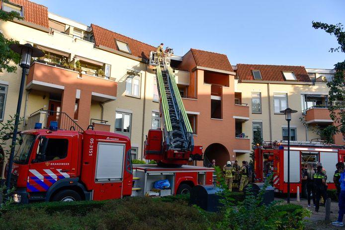 In Almelo is er een bovenwoning flinke schade opgelopen door een brand.
