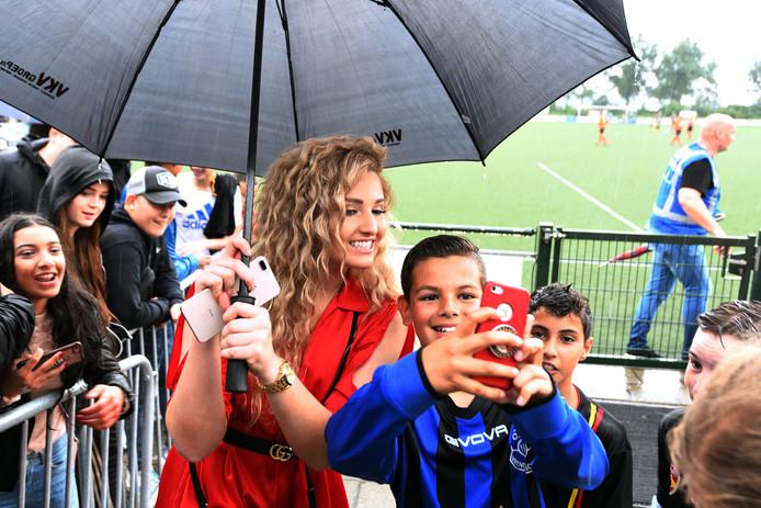 Culemborgse voetballers spelen tegen Youtubers op de foto een selfie scoren met Fabiola van Temptation Island.