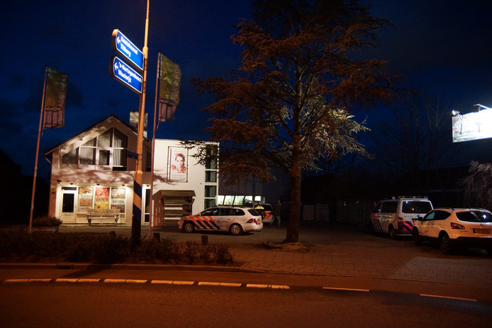 Politie bij het tuincentrum in Sprang-Capelle.