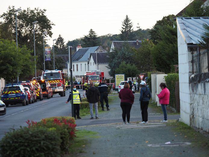 Omstanders kijken toe bij de plek des onheils in Loches. (10/10/2020)
