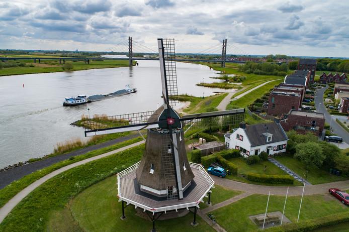 Molen d'Olde Zwarver langs de IJssel bij Kampen
