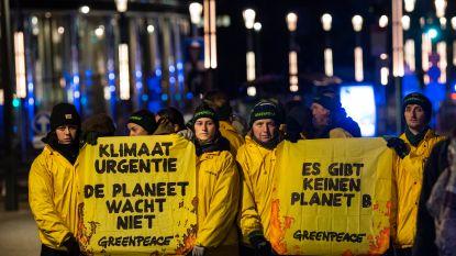 Greenpeace-activisten klimmen op dak van gebouw Europese Raad bij start EU-top in Brussel