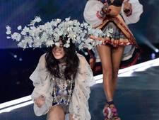 Victoria's Secret Angel maakt pijnlijke val op catwalk