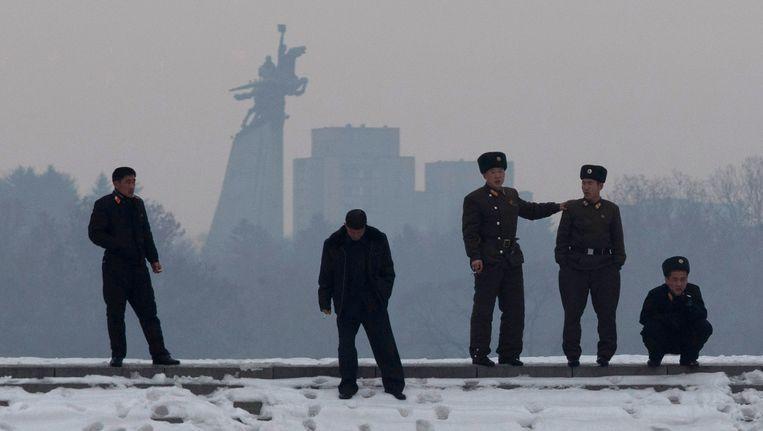 Noord-Koreaanse soldaten aan de oever van de Han rivier, met op de achtergrond het standbeeld van Chollima, een gevleugeld paard in Pyongyang. Beeld ap