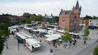 Dinsdagmarktbezoekers werken samen aan Edegems gedicht