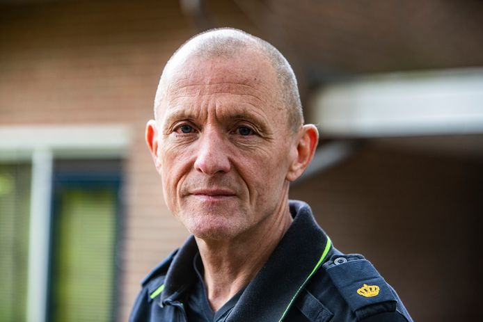 Henk de Man is hét gezicht van de politie in Deventer. ,, Ik ben een jongen van het volk en voel me boven niemand verheven. Ik kies voor de persoonlijke benadering en de dialoog. Mensen willen eerder met mij in gesprek dan op de vuist. Mijn mond is mijn sterkste wapen.''