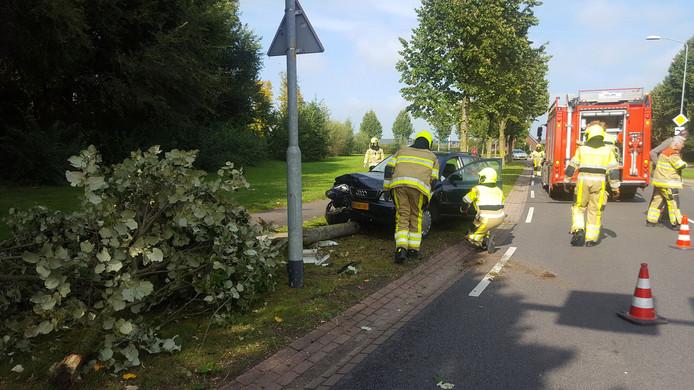 Brandweerlieden bij de auto in Groesbeek.