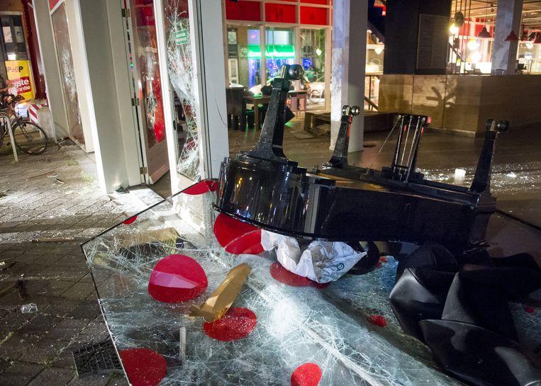 Vernielingen bij theater De Vaillant in de Haagse Schilderswijk waar rellen zijn uitgebroken. Beeld anp