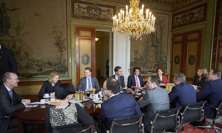 Informateur Edith Schippers ontvangt president Klaas Knot van De Nederlandsche Bank, directeur Laura van Geest van het CPB en voorzitter van de Studiegroep Begrotingsruimte Manon Leijten om het actuele financieel-economisch beeld te bespreken. Beeld anp