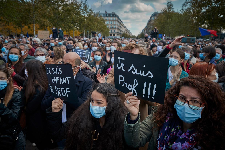 Na de moord op geschiedenisleraar Samuel Paty demonstreren Fransen in Parijs voor de vrijheid van meningsuiting, met de leus 'je suis prof' ('ik ben leraar').  Beeld Getty Images