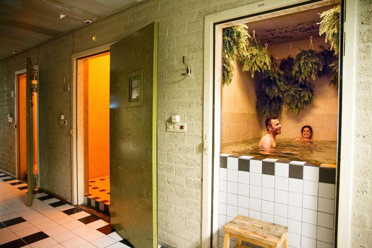Lekker badderen in oude cellen kan in de Bijlmer Hammam. Beeld Carly Wollaert