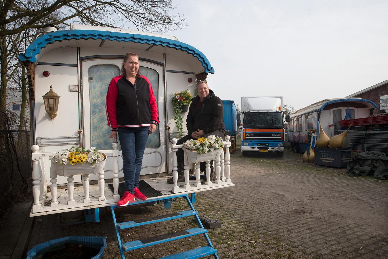Tamara Diks en Roy ten Brincke op het bordes van een van hun karakteristieke woonwagens.