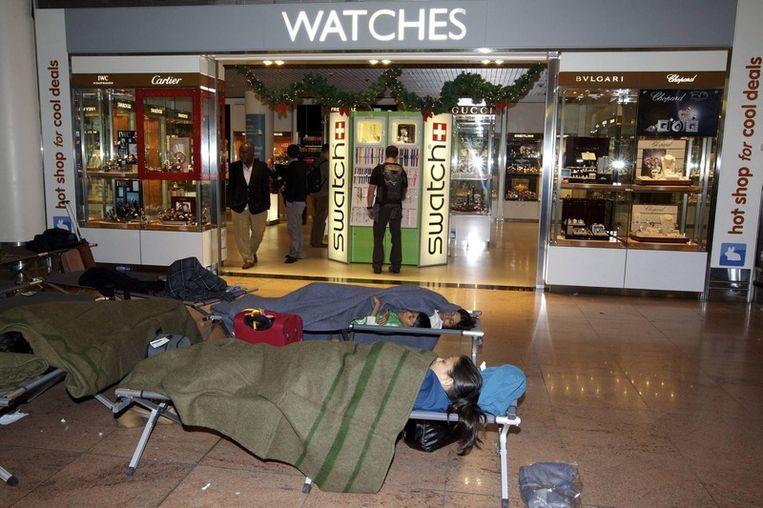 Reizigers overnachten op Brussels Airport.