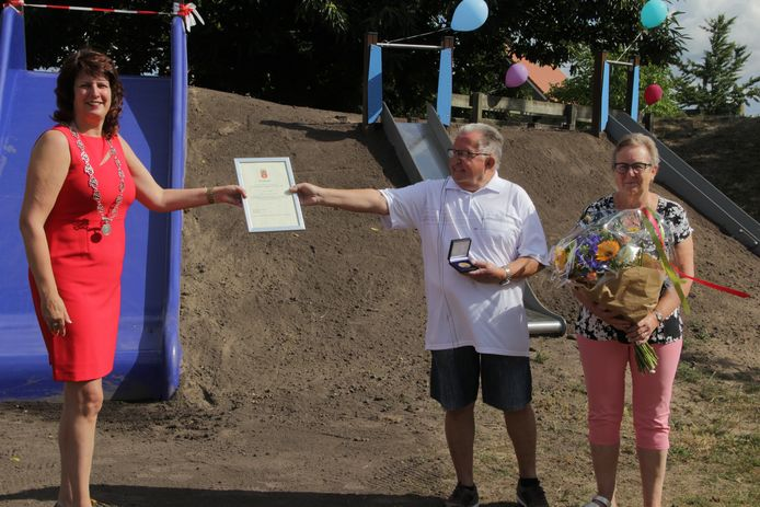 Theo Weijers ontvangt de gemeentelijke onderscheiding uit handen va loco-burgemeester Sylvia Fleuren.