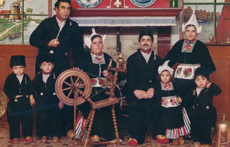 Abdurrahman Ozsoy met hele gezin in Volendam. Beeld null