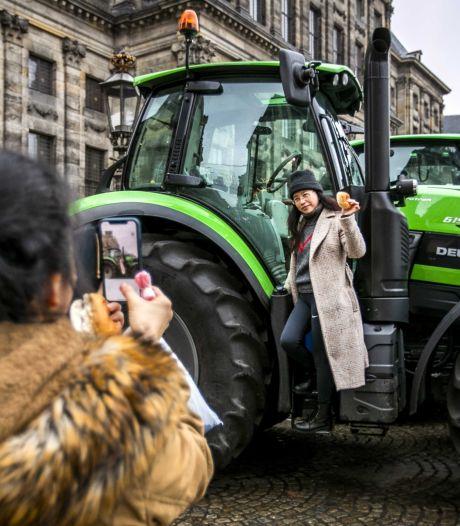 Tractoren rijden als protest een ronde door Amsterdam