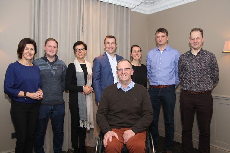 Foto van links naar rechts: Sigrid Cornelissen, Koen Winters, Lut Ceyssens, Steven Matheï, Liesbeth Diliën, Steven Broekx en Raf Nelis. Vooraan: Dirk Colaers.
