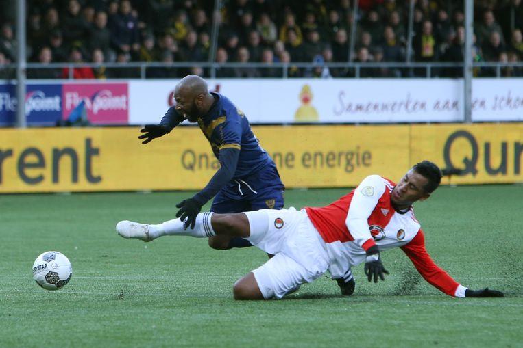 Feyenoord speler Renato Tapia maakt de overtreding op VVV-Venlo speler Romeo Castelen waar scheidsrechter Jochem Kamphuis een penalty voor zal gaf. Beeld ANP Pro Shots