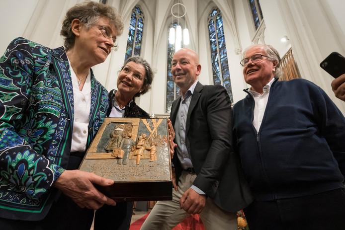 Zuster Augusta, Anne van Mulken (partner van Willem van der Mee) en hun zoon Willem-Jan van der Mee en Willems broer Peter van der Mee (vlnr) staan trots bij de plaquette.