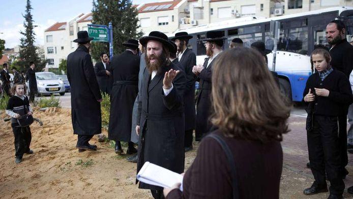 De Ultraorthodoxe gemeenschap in Beit Shemesh keert zich tegen de verslaggeefster. © AFP