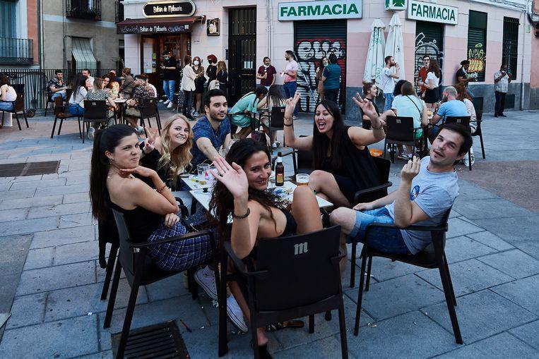 Vriendengroep op een terras in Madrid, Spanje. Beeld Getty Images