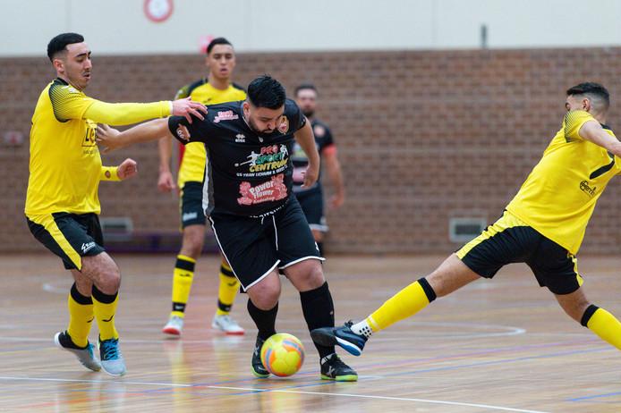 Adem Kocak van Futsal Apeldoorn scoorde tegen Hovocubo, maar het was niet genoeg voor een resultaat.