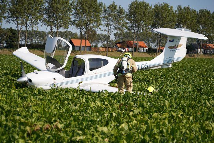 Het vliegtuigje kwam terecht tussen de suikerbieten.