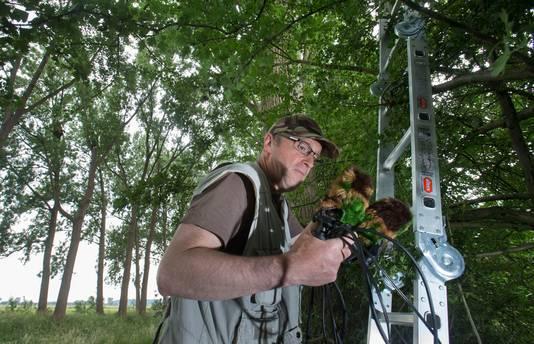 Henk Meeuwsen hangt microfoons in bomen om geluidsopname te maken van 'de wind door populieren'.