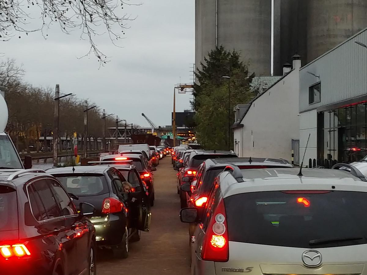 Een dubbele rij auto's staat urenlang te wachten bij de Noordkade in Veghel.