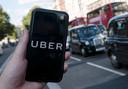 een toerist gebruikt de Uber app in Londen
