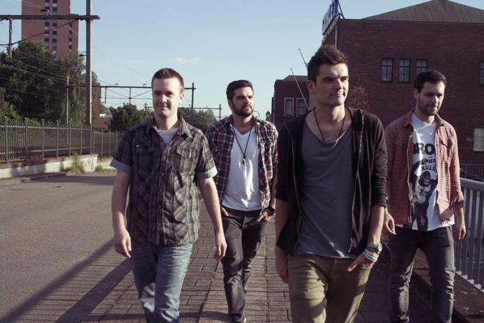 Harsh Realms, met muzikanten uit Roosendaal en omgeving, speelt morgenavond in een uitverkocht 013, als voorprogramma van de Amerikaanse band The Offspring. 'We stuurden het management een e-mail op de bonnefooi'.