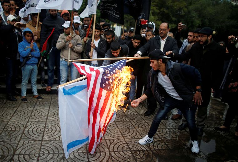 Palestijnen verbranden de Israëlische en de Amerikaanse vlag in Gaza Stad, als protest tegen het besluit van Trump.