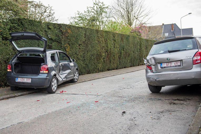 De wagens raakten beiden beschadigd bij de klap.