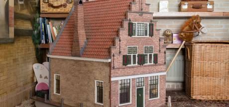Oer-Hollands grachtenpand op Funda, inclusief replica als poppenhuis