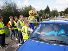 Scholieren voeren actie tegen hardrijders: 'Rijd alstublieft een stukje langzamer langs de school'