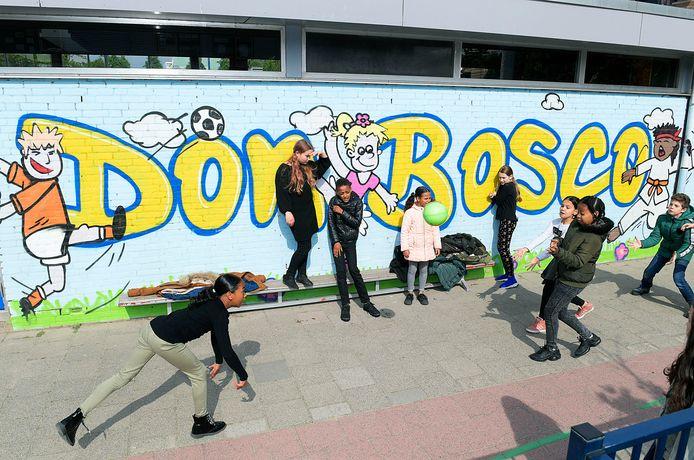 Foto van het schoolplein van de Don Boscoschool ter illustratie. De school gaat dinsdag weer open.