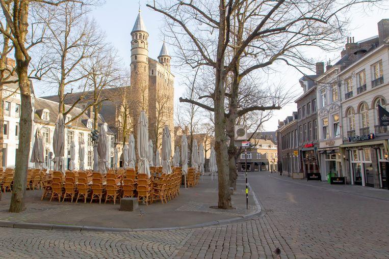 De horeca is gesloten op het Onze Lieve Vrouweplein in Maastricht door de maatregelen tegen het coronavirus.  Beeld BSR Agency