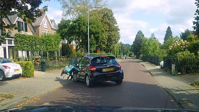 Op de beelden van een dashcam is te zien hoe de wielrenner in Dieren wordt geschept door een auto.