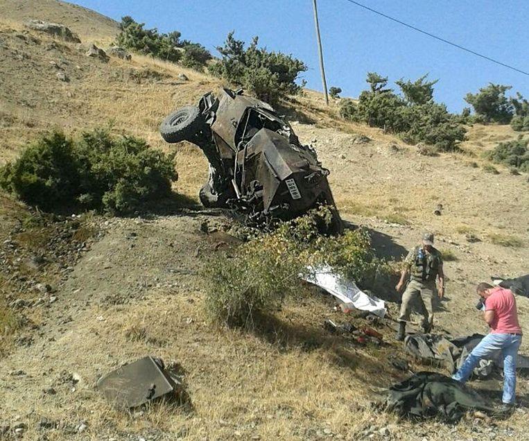 Een voertuig van het Turkse leger is vernield bij een aanval van Koerdische strijders. Beeld  EPA