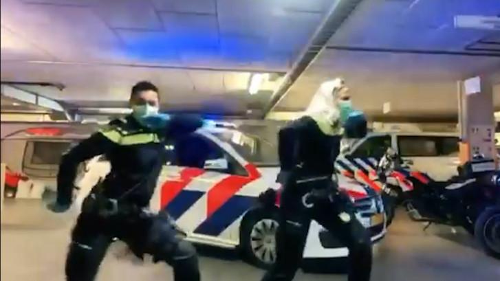 Agenten halen dansmoves uit de kast: 1,5 meter afstand houden!