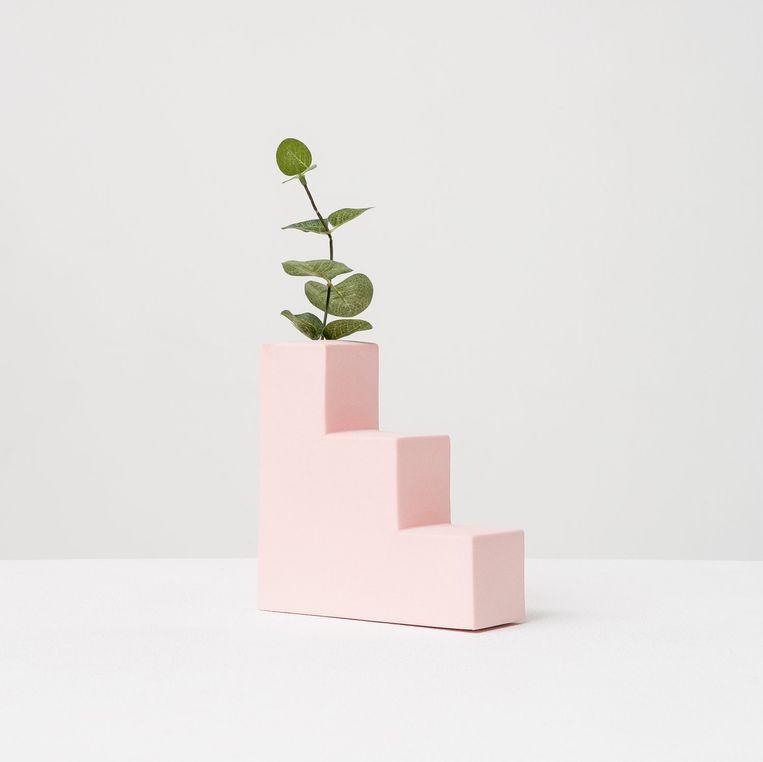 In Barcelona gefabriceerd porseleinen vaasje 'Pink Stair'. 15 cm hoog, € 68. rominagris.com Beeld