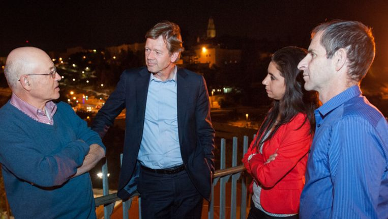 Joël Voordewind (tweede van links) in gesprek met Alan Freeman, Haneen Mgadlh en Hagai Agmon-Snir (van het Jeusalem Intercultural Center). Op de achtergrond berg Zion. Beeld Anne Paul Roukema